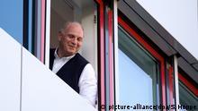 23.11.2015 ARCHIV - Uli Hoeneß verfolgt am 23.11.2015 das Abschlusstraining des Fußball-Bundesligisten FC Bayern München an der Säbener Straße in München (Bayern). Nach seiner vorzeitigen Haftentlassung in wenigen Tagen dürfte der 64-Jährige wieder gut lachen haben. Foto: Sven hoppe/dpa (zu dpa «Uli Hoeneß in wenigen Tagen ein freier Mann - Rückkehr zu den Bayern?» vom 26.02.2016) +++(c) dpa - Bildfunk+++ +++ Copyright: picture-alliance/dpa/S. Hoppe
