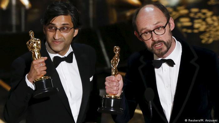 Regisseur Asif Kapadia (l.) und Produzent James Gay-Rees (r.) bei der 88. Verleihung der Oscars (Foto: Reuters/M. Anzuoni)