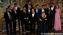 28. Feb. 2016 Producer Nicole Rocklin accepts the Oscar for Best Picture for the film Spotlight as she is accompanied by other producers and cast members at the 88th Academy Awards in Hollywood, California February 28, 2016. REUTERS/Mario Anzuoni (C): Reuters/M. Anzuoni