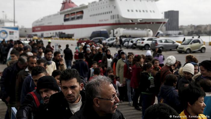 Hunderte Flüchtlinge haben im Hafen von Piraeus ein Schiff verlassen und stehen in einer Warteschlange.(Foto: Reuters/A. Konstantinidis)
