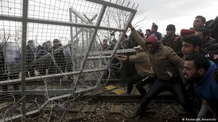 Hunderte Männer reißen die Absperrung an der mazedonischen Grenze nieder. (Foto: REUTERS/Alexandros Avramidis)