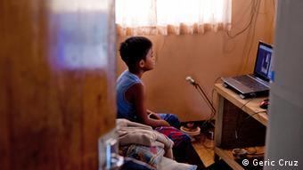 Micuţii care îşi văd mamele doar prin Skype - un fenomen tot mai extins