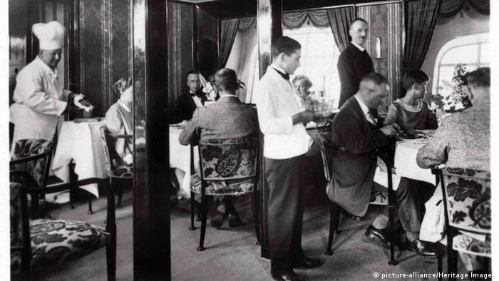 Zeppelin LZ 127 passengers in dining room (Photo: picture-alliance/Heritage Images)