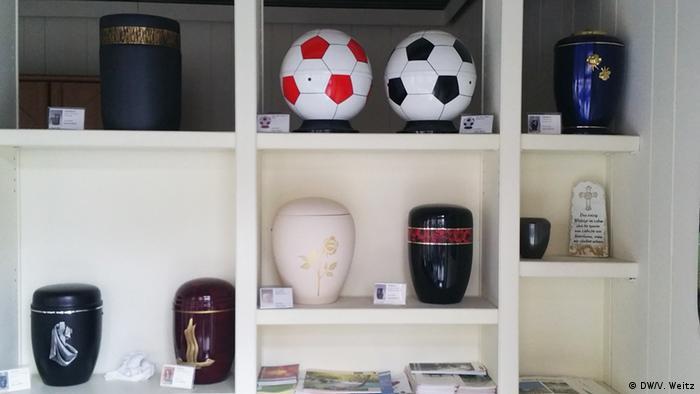 Урны с прахом в виде футбольных мячей