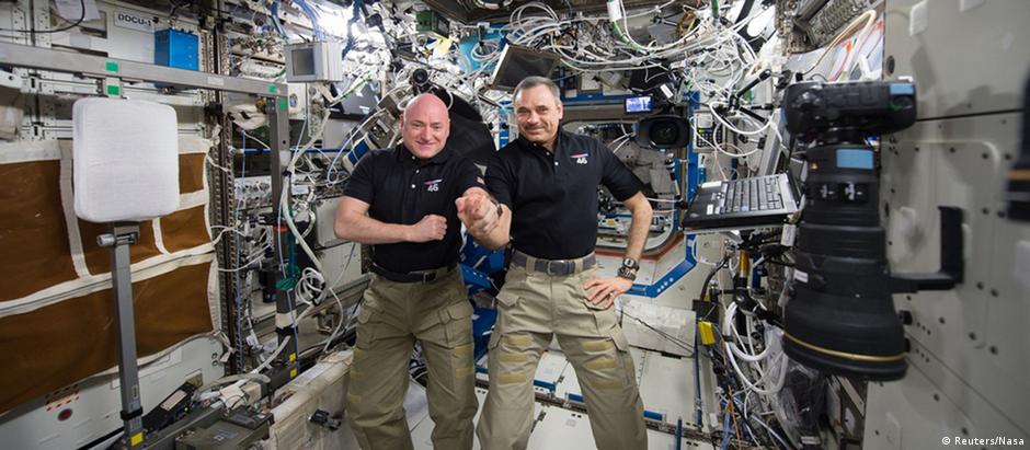 Scott Kelly (esq.) e Mikhail Kornienko passaram 340 dias no espaço