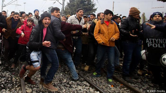 Viele Flüchtlinge laufen dichtgedrängt auf Bahngleisen.(Foto: DW/D. Tosidis)
