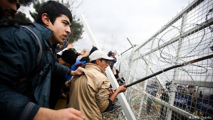 Беженцы на границе Греции с Македонией пытаются прорвать ограждения