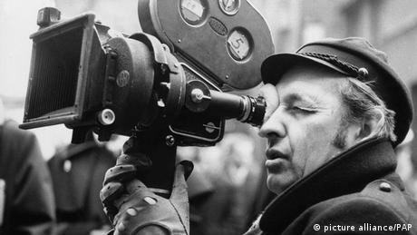 Janusz Korczak era médico y dirigía un hogar para huérfanos judíos en Varsovia. Cuando las SS clausuraron el gueto, Korczak se subió con sus 200 huérfanos en un tren con destino al campo de exterminio de Treblinka. Un comandante quiso salvarle la vida, pero el médico prefirió quedarse con sus protegidos. La película Korczak, dirigida por Andrzej Wajda, narra esta dramática historia.
