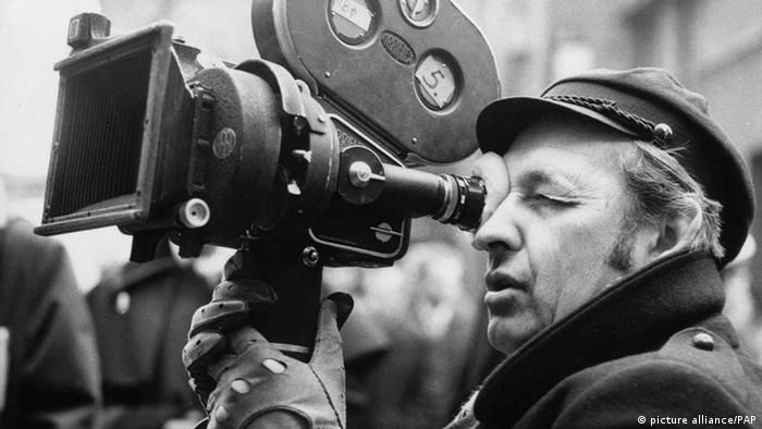 Director Andrzej Wajda with a camera on set (picture alliance/PAP)