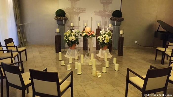 В траурном зале похоронного бюро