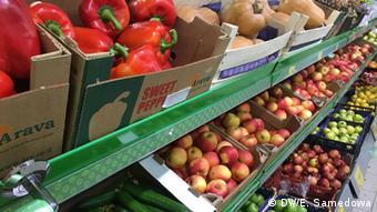 Фрукты и овощи в одном из московских супермаркетов
