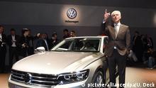 29.02.2016 ***** Matthias Müller, Vorstandsvorsitzender von Volkswagen (VW), steht am 29.02.2016 beim Volkswagen-Konzernabend an einem VW Phideon. Die Veranstaltung findet vor Beginn des ersten Pressetages beim Autosalon Genf statt. Foto: Uli Deck/dpa © picture-alliance/dpa/U. Deck