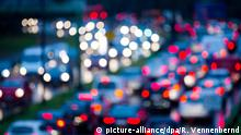 Deutschland Köln unscharfe Lichter von Autos