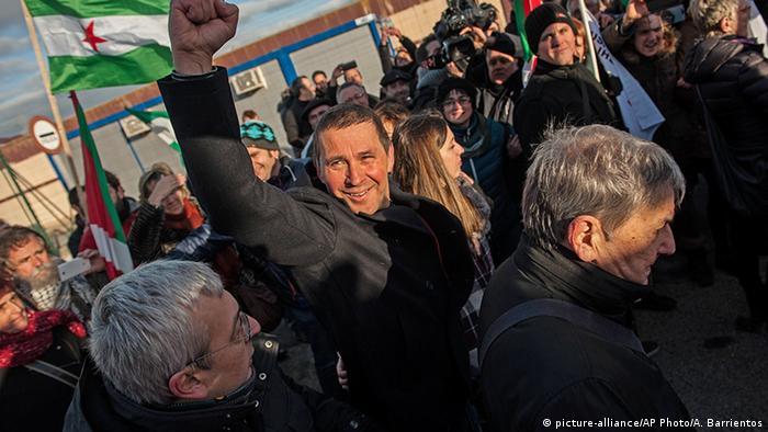 Spanien Logrono Menschen begrüßen Arnaldo Otegi Führer ETA Haftentlassung (picture-alliance/AP Photo/A. Barrientos)