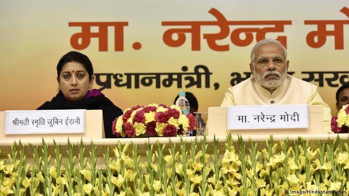 Indien Premierminister Narendra Modi und Bildungsministerin Smriti Irani