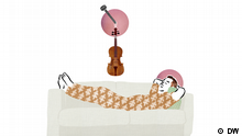 Symbolbild: Ein Mann liegt auf einem Sofa, über ihm hängt eine Geige an der Wand