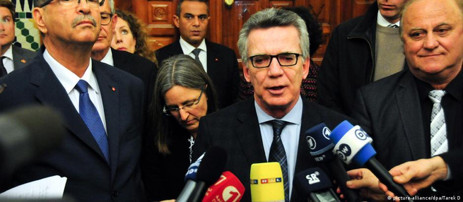 Ministro do Interior alemão, Thomas de Maizière, e o premiê tunisiano, Habib Essid (esq.), em Túnis
