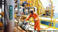 Nigeria Port Harcourt Arbeiter auf Plattform Ölförderung (Getty Images/AFP/P. Utomi Ekpei)