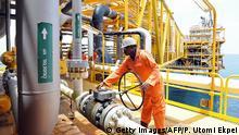 Nigeria Port Harcourt Arbeiter auf Plattform Ölförderung