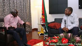 Mosambik Maputo Präsident Filipe Nyusi (R) und Oppositionsführer Afonso Dhlakama