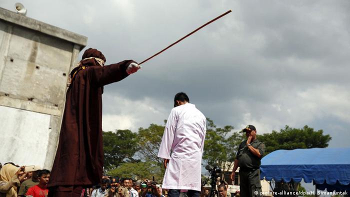Indonesien Aceh Scharia Gesetz Islam Stockschläge (picture-alliance/dpa/H. Simanjuntak)