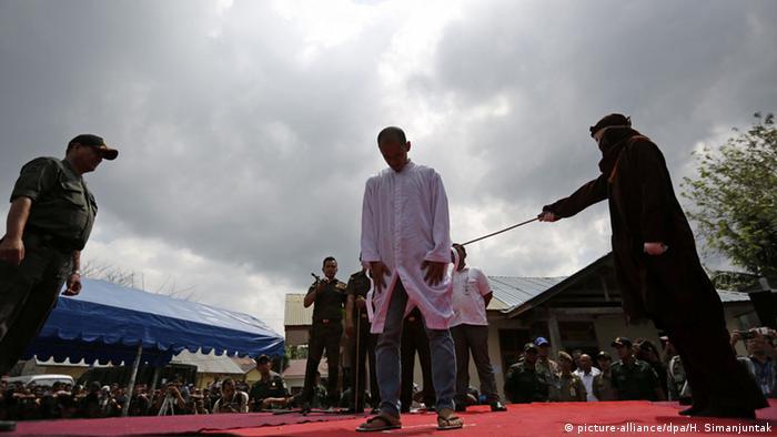 Indonesien Aceh Scharia Gesetz Islam Stockschläge