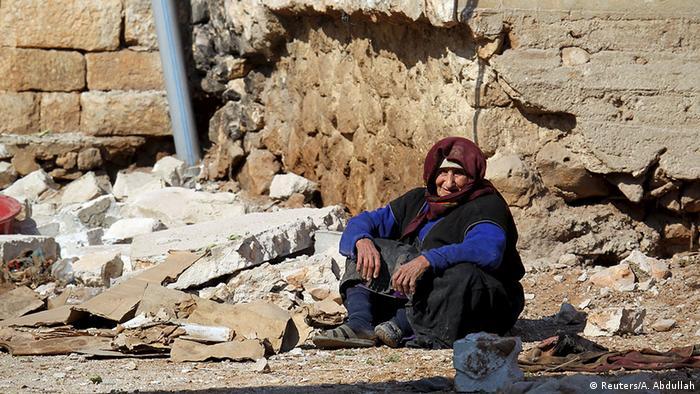 Syrien Aleppo Frau in Trümmern