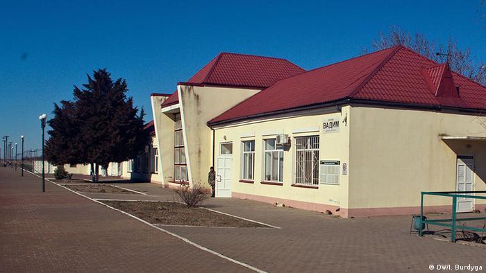 Пустая платформа на железнодорожной станции Вадим