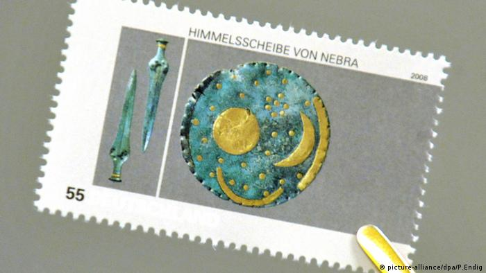 Stamp depicting the Nebra sky disk and two swords (picture-alliance/dpa/P.Endig)
