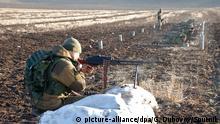 Ein Milizionär macht Schießübungen in der Region Donezk