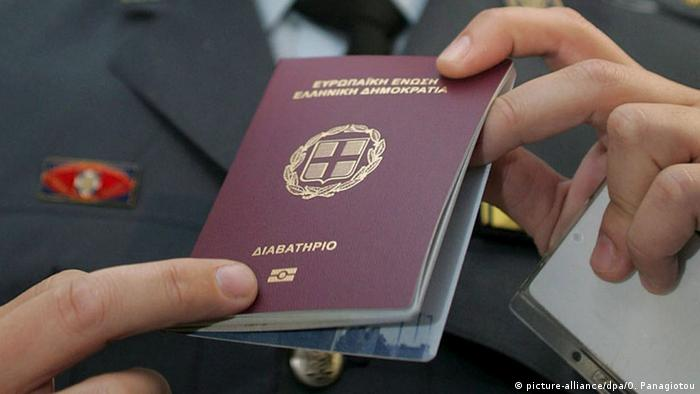 Griechischer Reisepass (picture-alliance/dpa/O. Panagiotou)