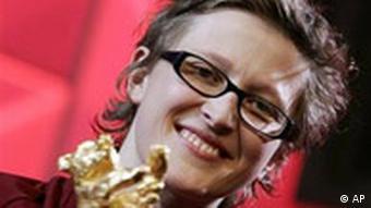 Die bosnische Regisseurin Jasmila Zbanic hält den Goldenen Bären für Gravica in den Händen