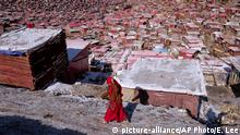 A lama walks at the Larung Gar Five Sciences Buddhist Academy in Seda near the China National Highway 317 in Ganzi Tibetan autonomous prefecture in southwest China's Sichuan province on Sunday, April 12, 2015. China National Highway 317 (G317) runs broadly west to east from Chengdu, Sichuan to Naqu, Tibet. It is 2,028 kilometres in length. The Sichuan-Tibet Highway passing through Tibetan areas affects local Tibetans to change their traditional lifestyle.(Photo By Evens Lee/Color China Photo/AP Images) Copyright: picture-alliance/AP Photo/E. Lee