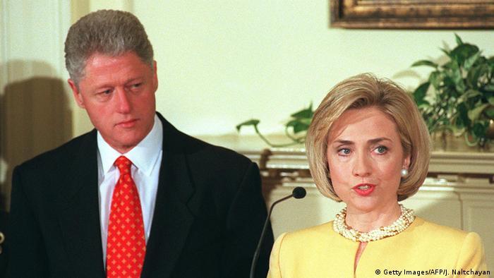 تصویری از هیلاری کلینتون و همسرش بیل کلینتون در سال ۱۹۹۸ در کاخ سفید.