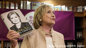 USA Hillary Clinton Buch Entscheidungen (Getty Images/AFP/N. Kamm)