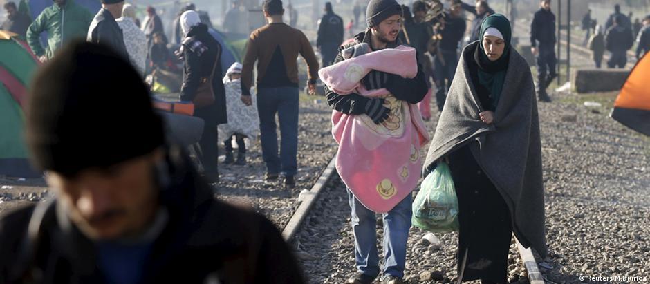 Mais de 10 mil migrantes esperam para seguir viagem em Idomeni