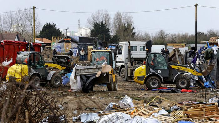 Bulldozers destroying part of the Calais Jungle camp Photo: (c) picture-alliance/empics/G. Fuller