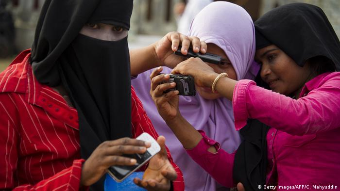 Indonesien Frauen machen ein Selfie mit dem Handy (Getty Images/AFP/C. Mahyuddin)