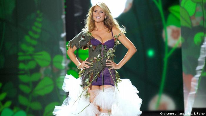 Supermodel Heidi Klum auf dem Catwalk bei der Victoria's Secret Fashion Show in New York