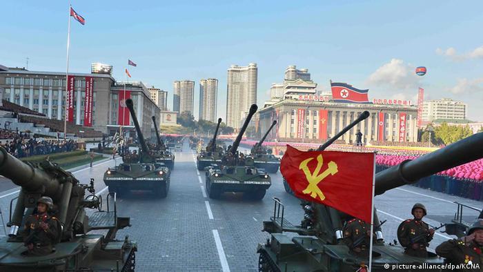 Tanques desfilam em parada militar na Coreia do Norte