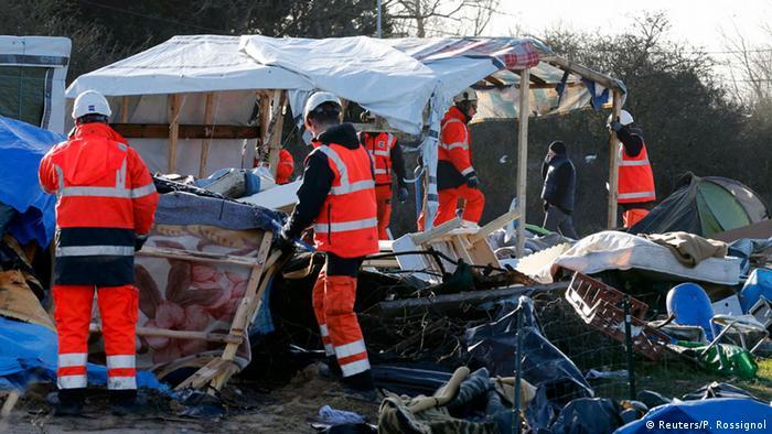Auch am Mittwoch rissen Arbeiter Hütten und Zelte der Flüchtlinge in dem Camp am Ärmelkanal nieder (Foto: rtr)