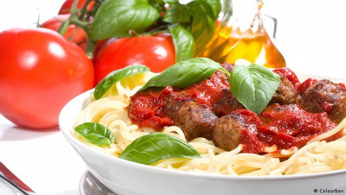 Teller mit Pasta und Tomaten