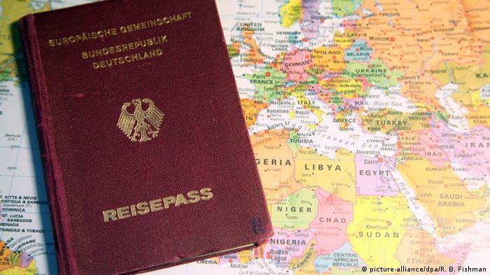 Deutscher Reisepass (picture-alliance/dpa/R. B. Fishman)