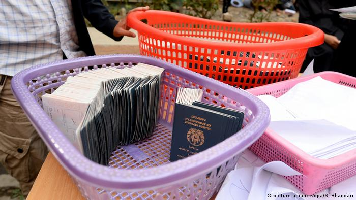 Afghanistan Reisepässe in Passstelle in Kabul (picture alliance/dpa/S. Bhandari)