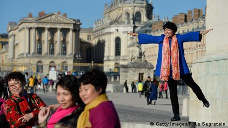 Frankreich Chinesische Touristen in Versailles (Getty Images/P. Le Segretain)