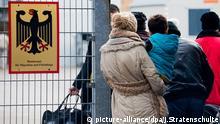 Bundesamt für Migration und Flüchtlinge Asylbewerber Warteschlange Warten