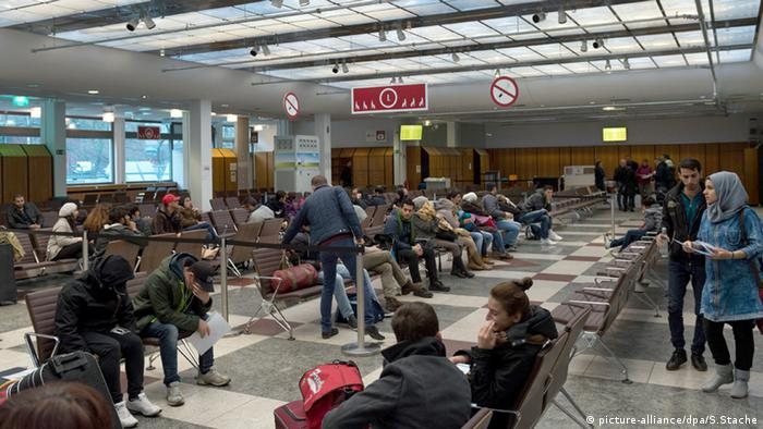 Bundesamt für Migration und Flüchtlinge Asylbewerber Warteschlange Warten Wilmersdorf