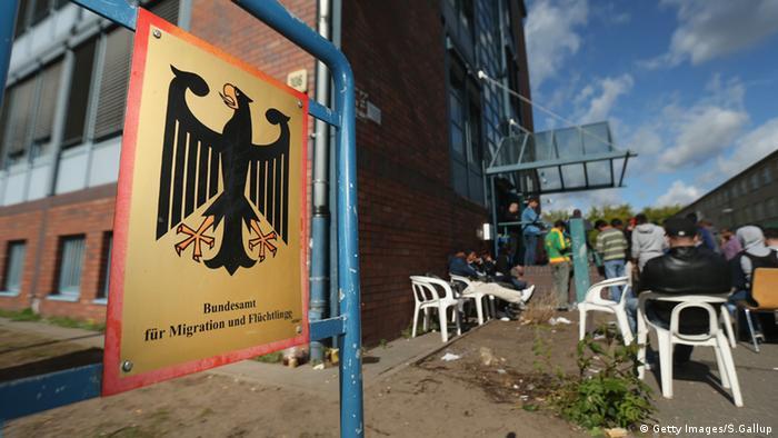 Asylbewerber stehen in einer Warteschlange vor dem Bundesamt für Migration und Flüchtlinge in Berlin. (Foto: Getty Images/S.Gallup)