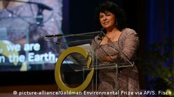 Cáceres durante una premiación en Estados Unidos por su trabajo como activista.