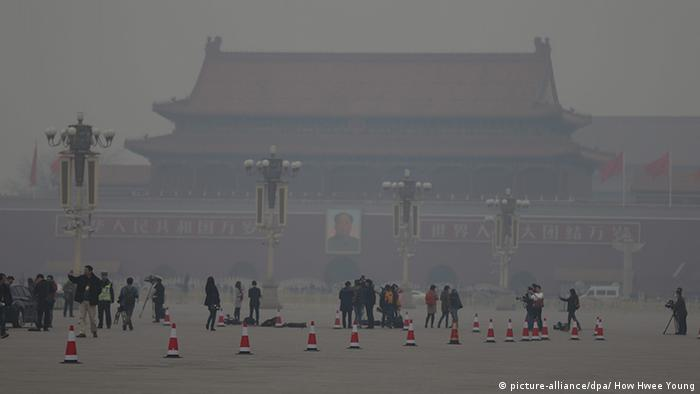 Smog-shrouded Tiananmen Square in Peking (picture-alliance/dpa/ How Hwee Young)